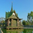 Il tempio buddista fatto interamente di bottiglie di birra (Thailandia)