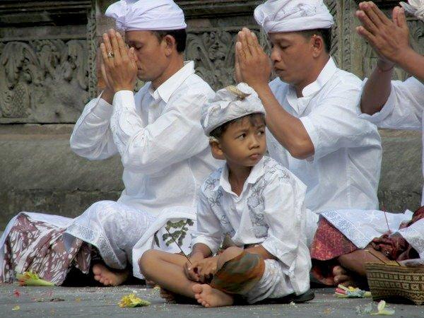 uomini e bambini indù