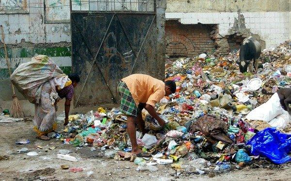 Gente tra i rifiuti in India