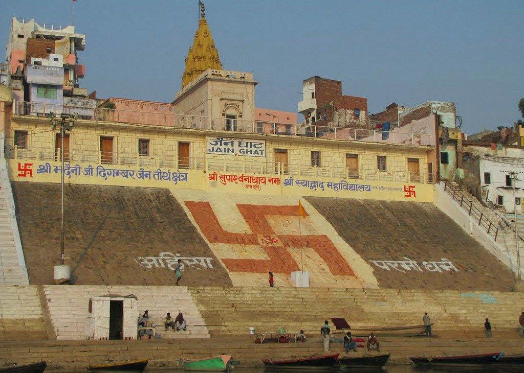 La svastica destrosa sulle scalinate di un ghat a Varanasi