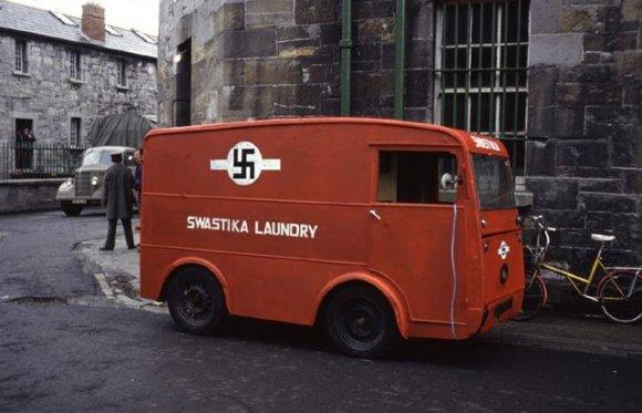 Furgone di una lavanderia a Dublino con logo svastica
