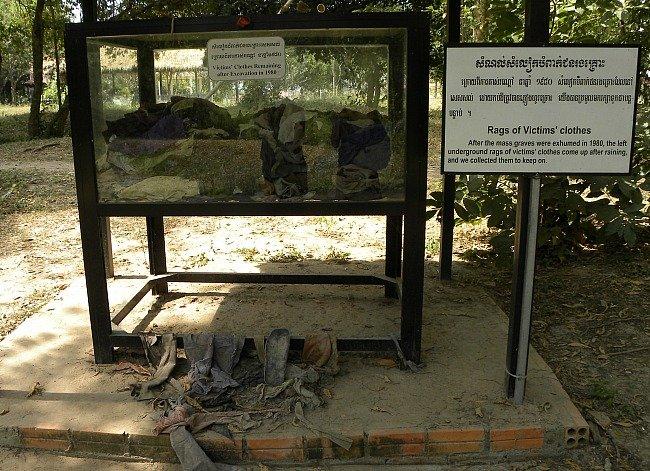 vestiti vittime Khmer Rossi
