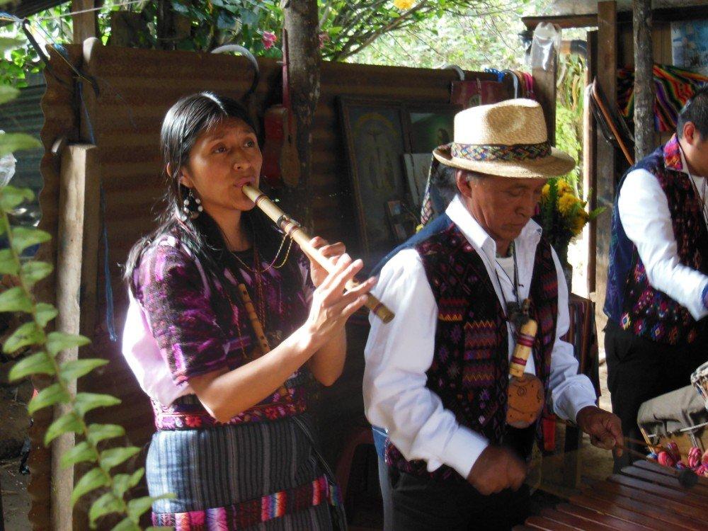 donna musica Guatemala-min