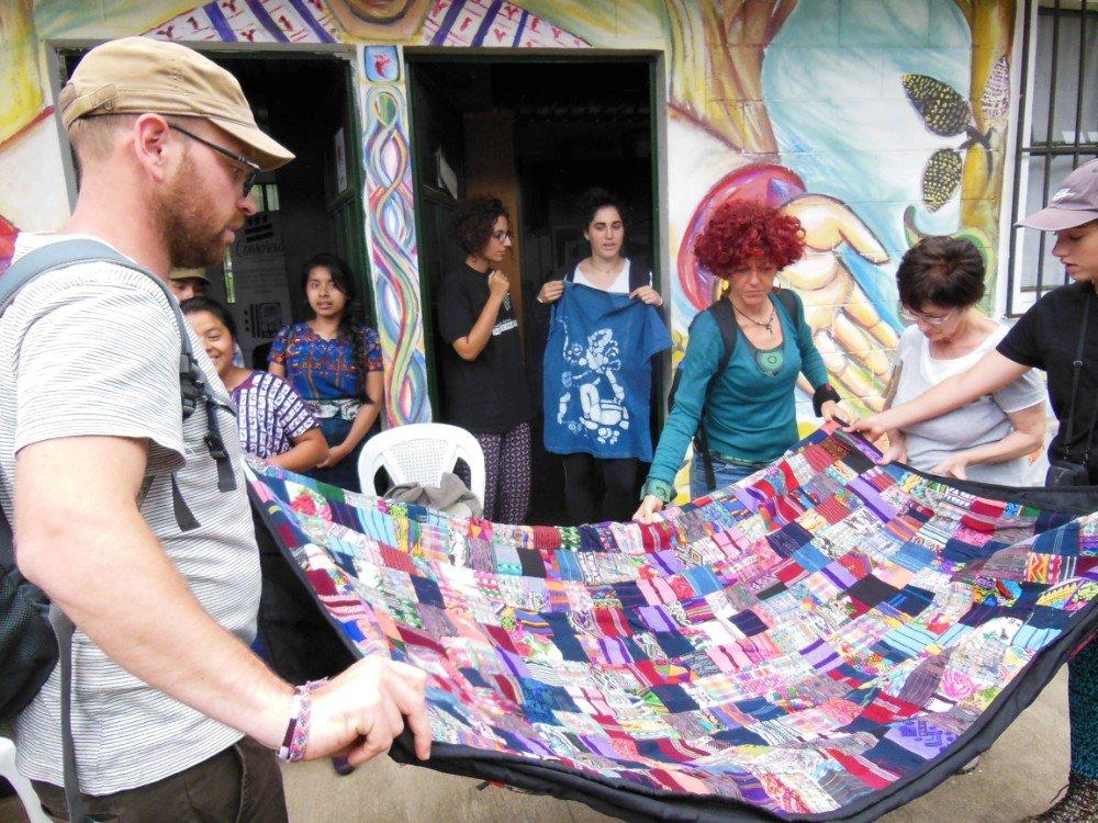 gruppo con telo patchwork Guatemala-min