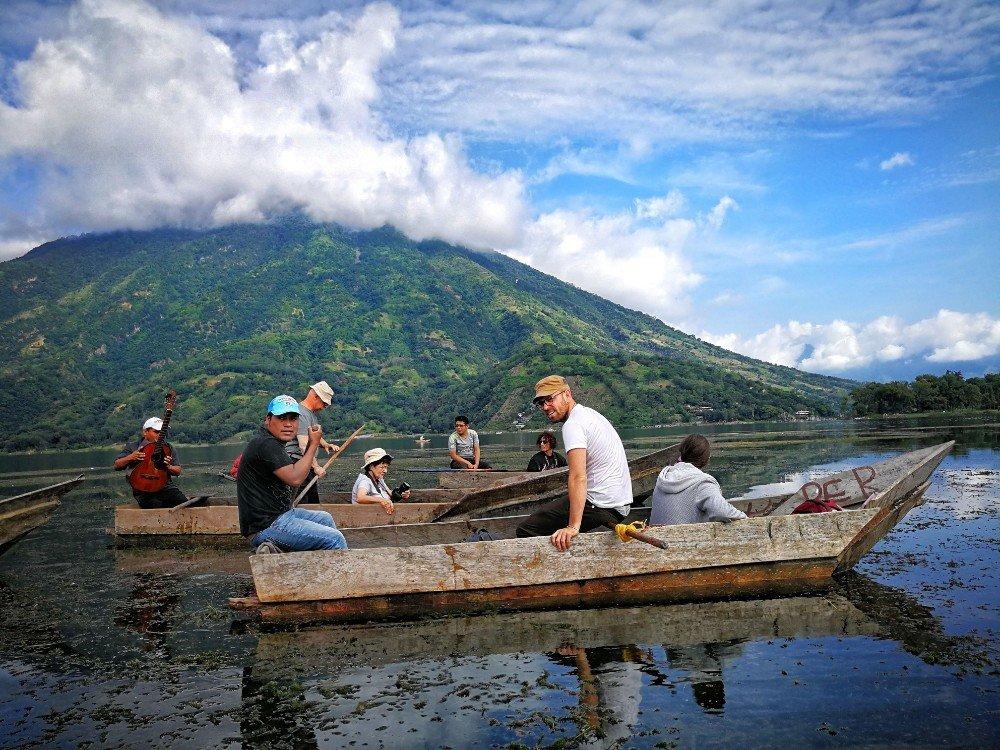 lago in barca Guatemala-min