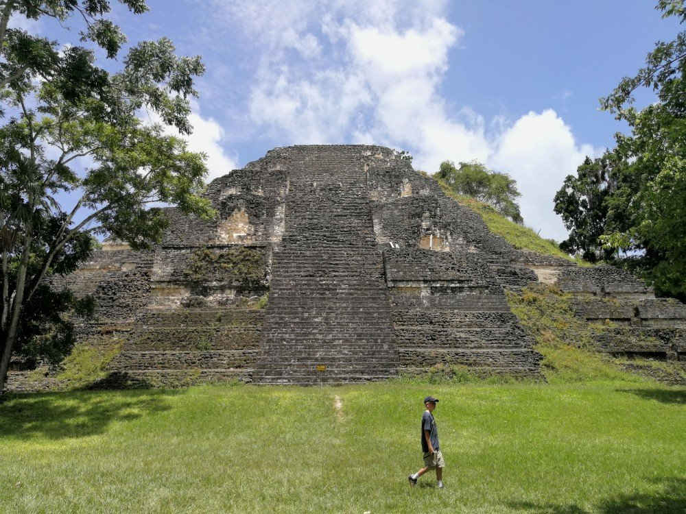 piramide maya con bambino Guatemala-min